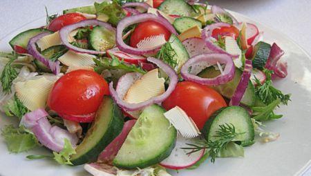Салат из свежих овощей с сыром